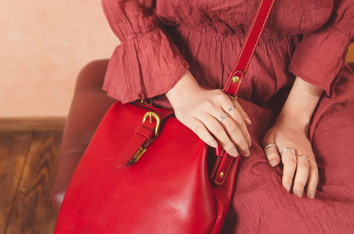 赤い本革ショルダーバッグ