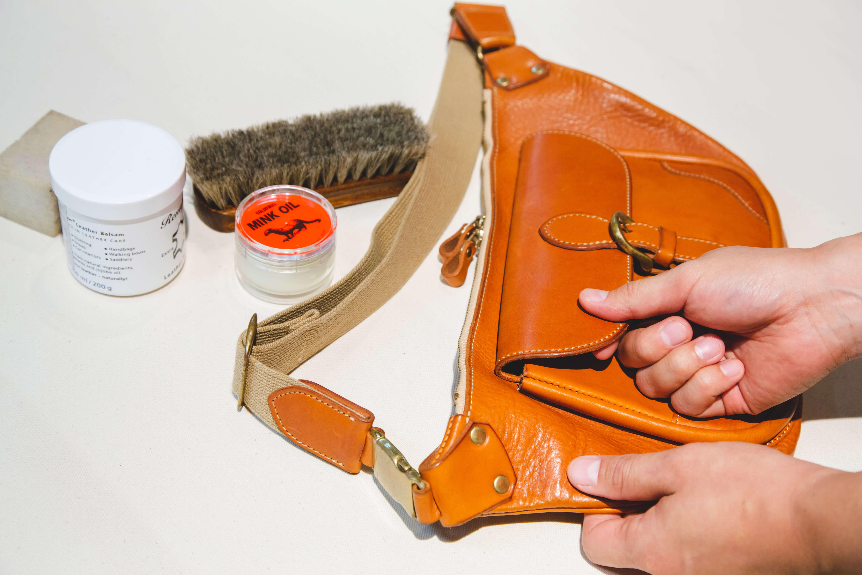 革製品にできた傷を揉みほぐす