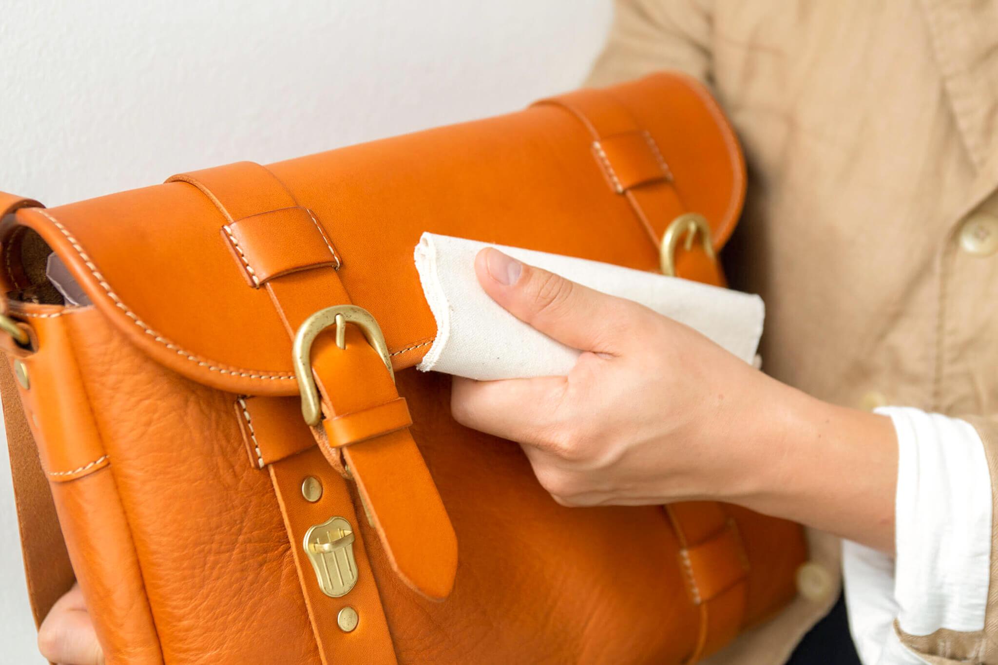 綿の布で拭く
