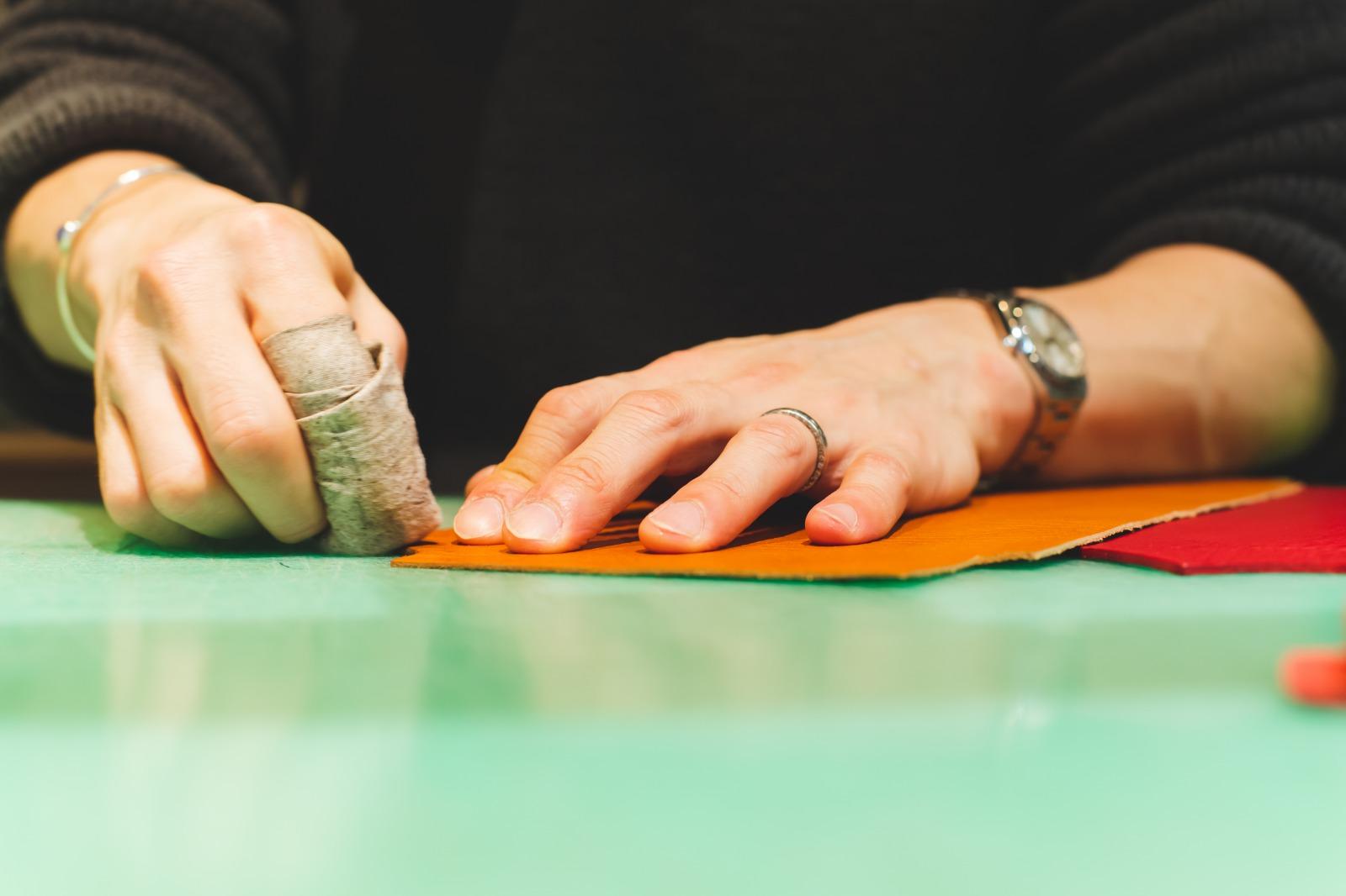 ヘリ漉き・コバ磨き・ネン引きの作業風景