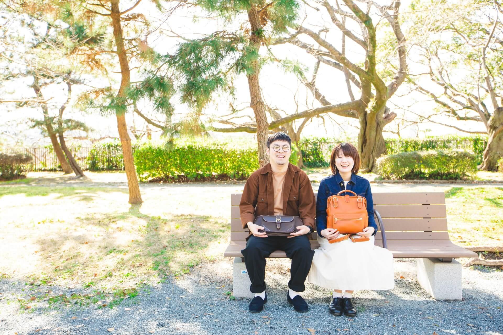 革バッグを持つカップル